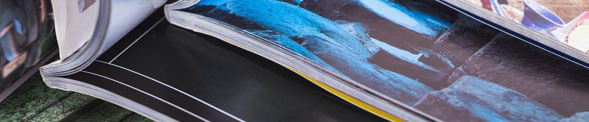 Drei eVergabe Magazine aufgeschlagen von schräg unten