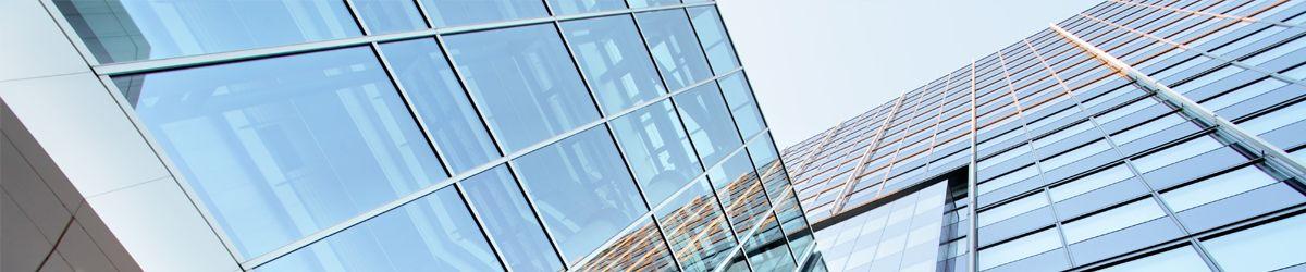 Teil des Bürogebäude eines Vergabeportals mit Himmel