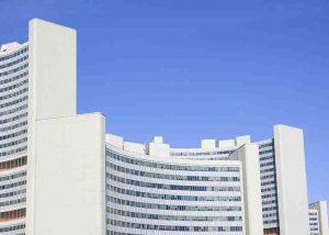 Großes modernes Bürogebäude mit blauem Himmel
