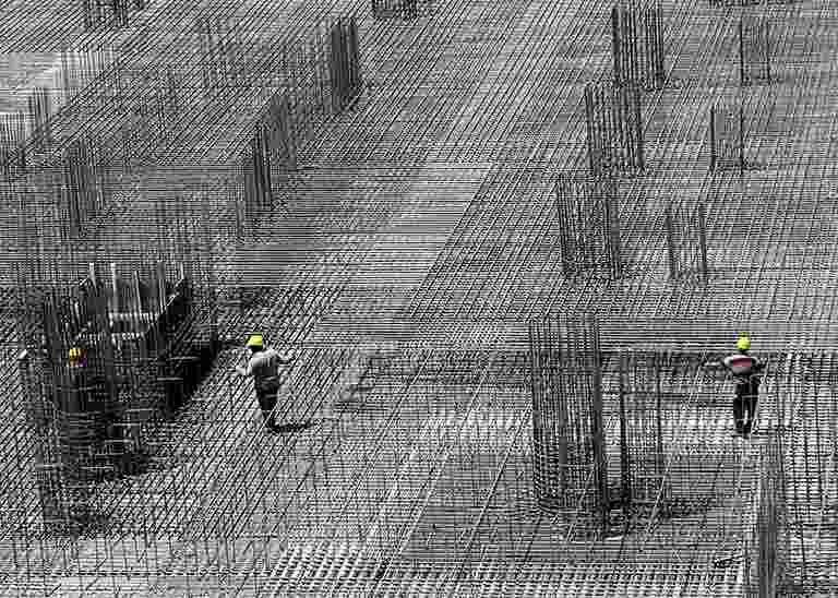 Arbeiter auf Baustelle mit viel Baustahl
