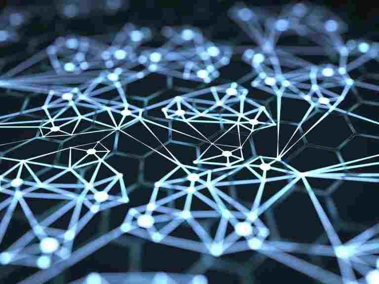 Leuchtende neuronale Struktur vor schwarzem Hintergrund