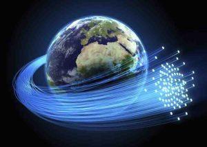 Erde mit riesigem Glasfaserkabel außen herum