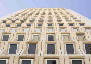 200 verschachtelte Fenster an Gebäude von unten