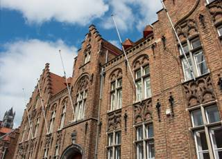 Historisches Backsteingebäude von unten mit Himmel