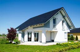 Architekten Einfamilienhaus bei Sonne auf Wiese