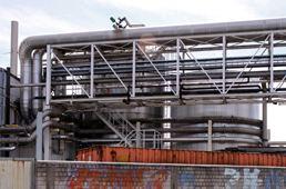Technische Anlage eines Stadtwerkes aus Röhren und Silos