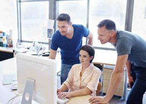 Architekt, Ingeneur und Frau an PC in Büro
