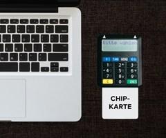 Notebook, Chipkarte und Lesegerät zeigen die fortgeschrittene elektronische Signatur