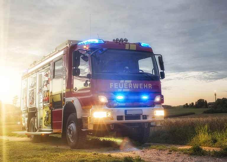 Modernes Feuerwehrfahrzeug mit Lichtern an