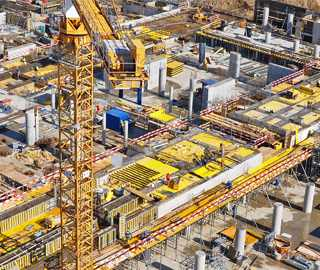 Baustelle mit viel gelber Ausrüstung von oben