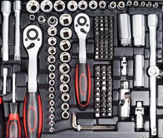 Geöffneter Werkzeugkasten mit Steckschlüsselsatz