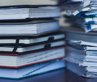Zwei Stapel Papier Unterlagen von der Seite