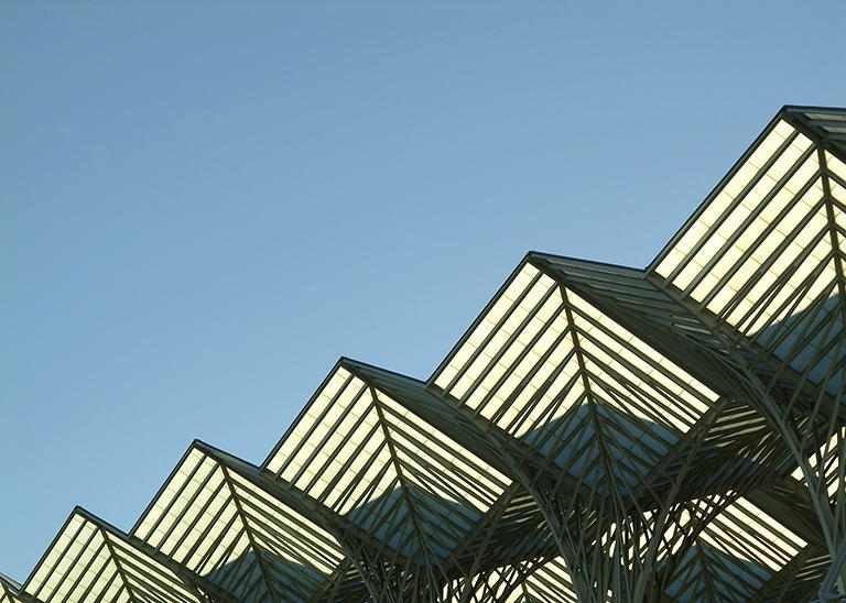 Futuristische Dachkonstruktion vor blauem Himmel