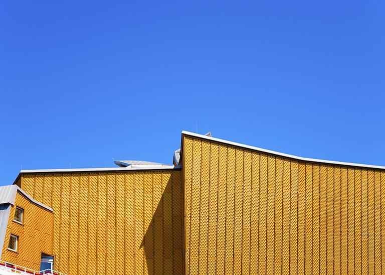 Gebäudeseite mit Holzwabenbeklankung ohne Fenster