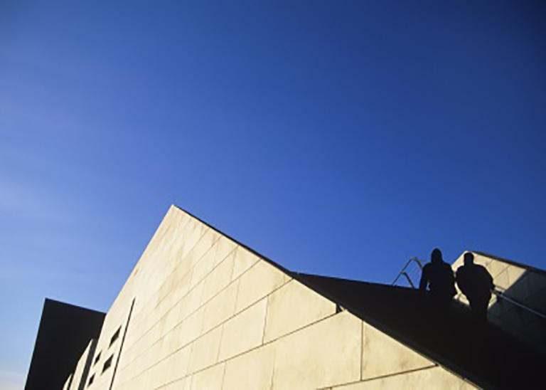Moderner Gebäude Giebel mit blauem Himmel