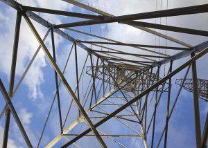 Strommast Metallstruktur von unten vor Himmel
